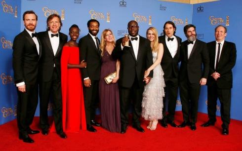 """Integrantes de """"12 Years a Slave"""" posando junto a su Globo de Oro"""